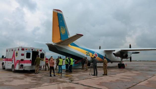 Во Львов на лечение доставили самолетом восемь военных
