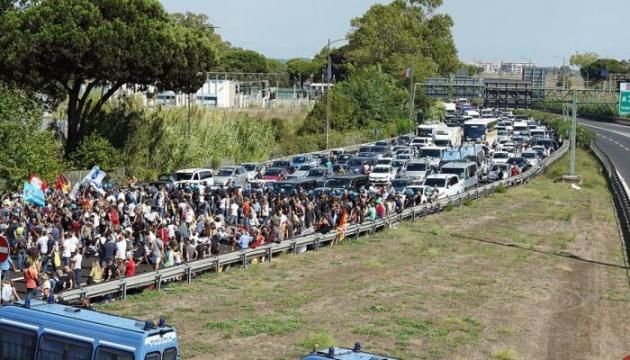 Сотні працівників Alitalia заблокували шосе до головного аеропорту Рима - страйкують