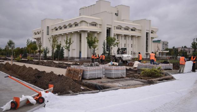 Біля Шевченківського культурного центру в Каневі закладають парк - фото