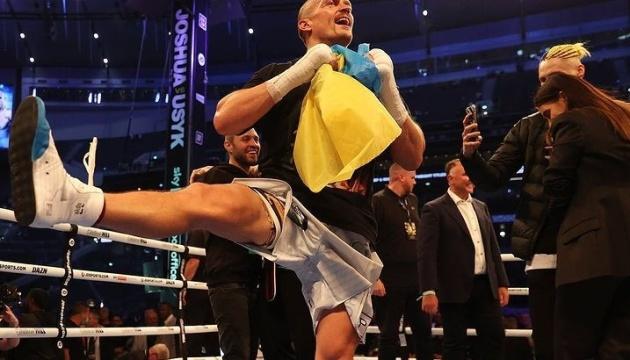 После победы над Джошуа, Усик станцевал гопак с флагом Украины в руках