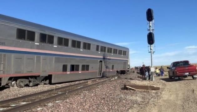 У США потяг зійшов з рейок і перекинув кілька авто – є загиблі