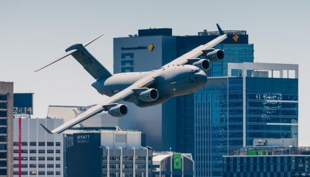 Полоскотав нерви очевидцям: в Австралії літак пронісся між хмарочосами