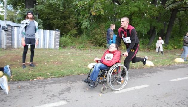 Чтобы купить современный гаджет: в Харькове бежали в поддержку инвалидов-колясочников