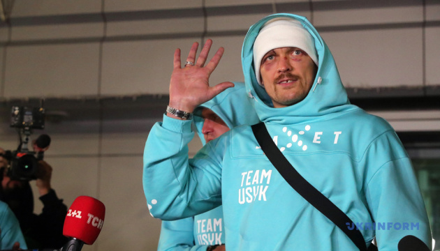 Usyk regresa a Ucrania tras su victoria sobre Joshua