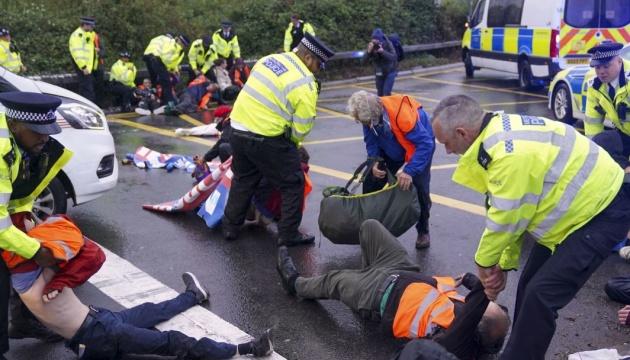 За блокування дороги до аеропорту Хітроу затримали понад пів сотні екоактивістів