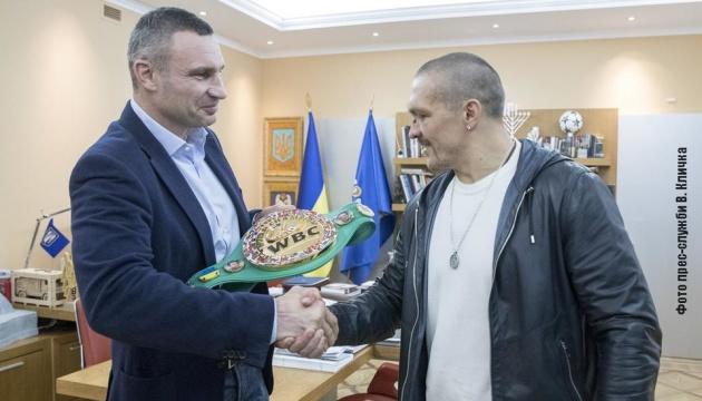 Кличко подарил Усику пояс WBC