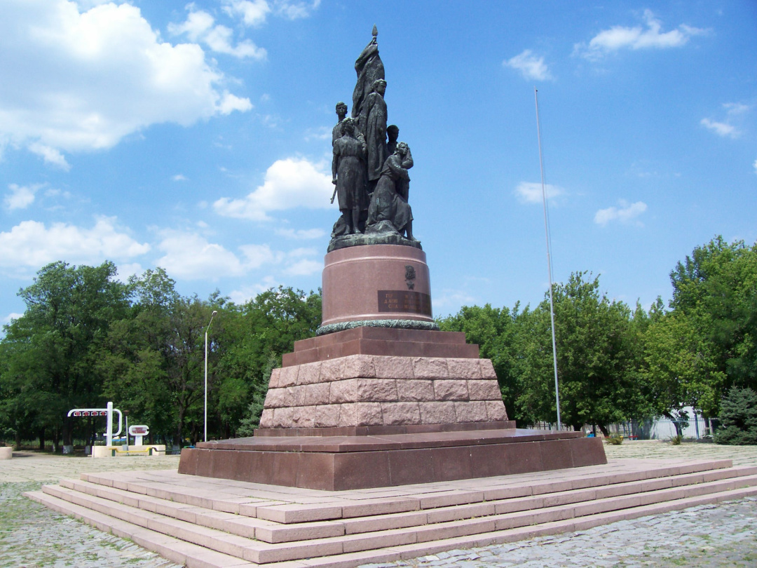 Усім відомий пам'ятник перед музеєм