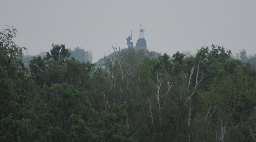 Так виглядає пам'ятник князю Ігорю з мосту на КПВВ