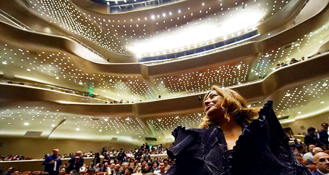 Заха Хадід в залі, збудованого нею Оперного театру в Гуанчжоу, КНР