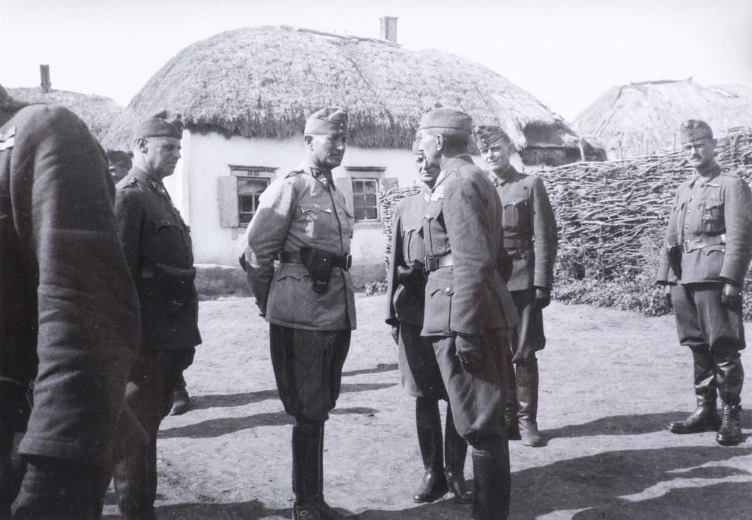 Генерал-полковник Сомбатхеї (у центрі). У 1946 році страчений в Югославії як воєнний злочинець. У 1994-му виправданий в Угорщині