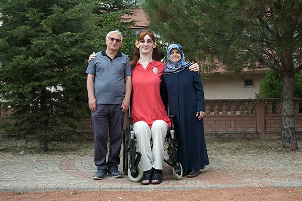 Самой высокой в мире женщиной стала турчанка. Ее рост - 215 см (ФОТО, ВИДЕО) 3