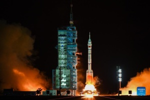 Китай відправив у космос трьох астронавтів на пів року