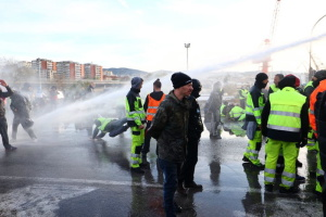 В італійському порту водометами розігнали противників COVID-паспортів