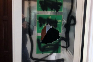 У приймальні депутата Київради розбили скло та розмалювали таблички