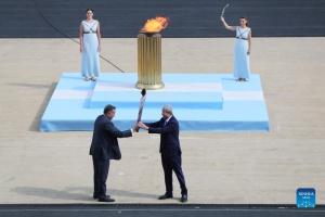 Олимпийский огонь передали организаторам зимних игр