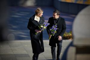 Selenskyj und seine Frau legen Blumen am Grab von Kobsar in Kaniw nieder