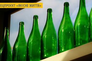 На Закарпатті чоловік побудував двоповерховий будинок зі скляних пляшок