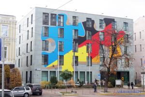 У Києві посольство Німеччини прикрасили художньою композицією