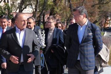 Kuleba, Cavusoglu honor Heroes of Heavenly Hundred in Lviv