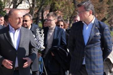 Kuleba y Çavuşoğlu honran la memoria de los Héroes de los Cien Celestiales en Lviv