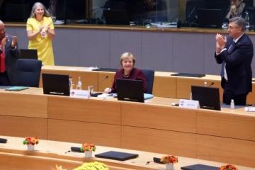 Angela Merkel ovationnée par les dirigeants européens pour son dernier sommet des Vingt-Sept