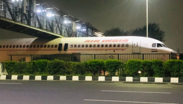 В Индии гражданский самолет застрял под пешеходным мостом