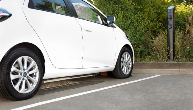 У Британії тестують вуличні бездротові зарядки для електрокарів