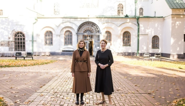 Las primeras damas de Ucrania y Alemania visitan la Catedral de Santa Sofía en Kyiv