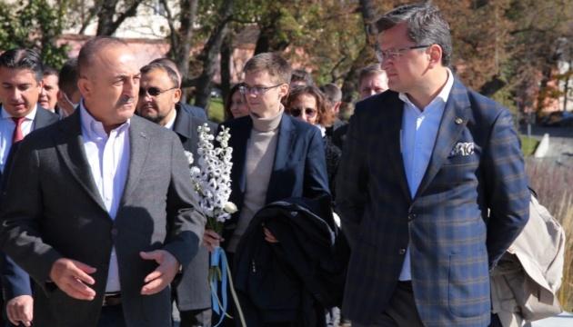 Kuleba und Çavuşoğlu gedenken in Lwiw Helden der Himmlischen Hundertschaft