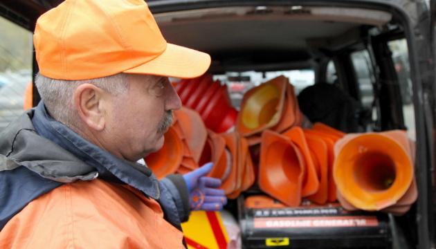 У Києві очищають вулиці від самовільно встановлених конусів на парковках