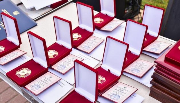 Семьям девяти погибших воинов вручили награду «Защитник Украины - Герой Чернигова»
