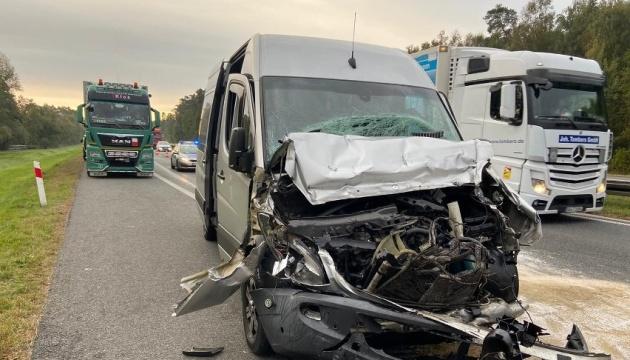 У Польщі автобус з українцями в'їхав у вантажівку з причепом