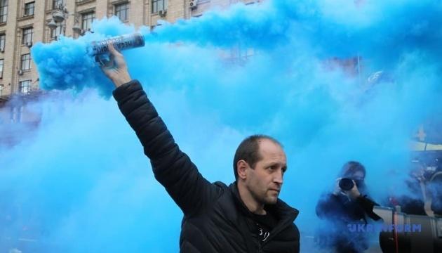У Києві учасники маршу націоналістів запалили фаєри