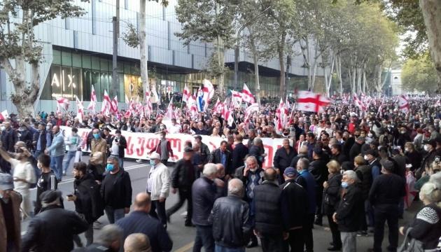 Центр Тбилиси заполнили десятки тысяч сторонников Саакашвили - требуют освобождения