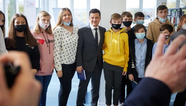 Як у місті: Зеленському на Луганщині показали оновлене село
